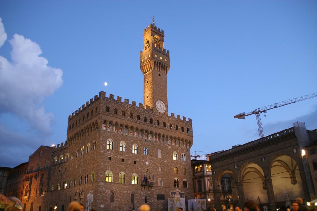Loggia dei lanzi to the right of Palazzo Vecchio