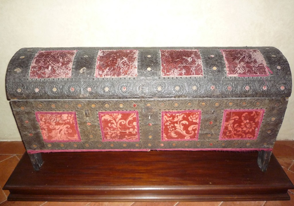 A cassone in metal and velvet