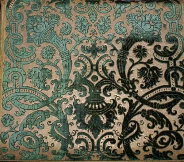Tessuto in seta e velluto con fondo ricamato con fili dorati e argentati Genova, XVI sec. cm 51,5x58,7 San Pietroburgo, Museo Statale Ermitage