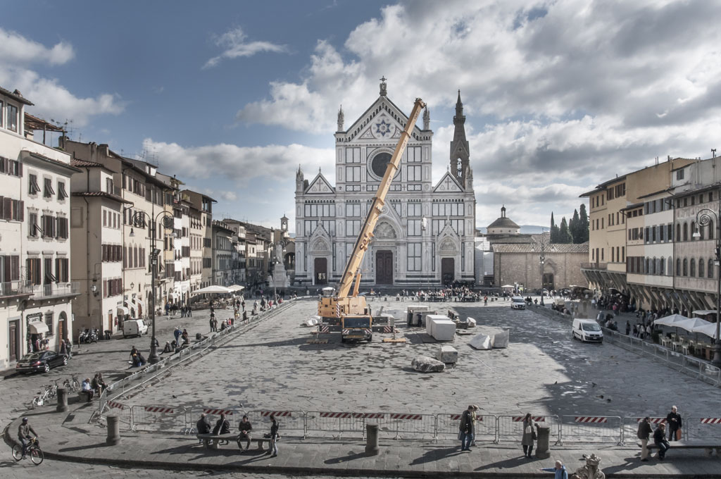 Piazza Santa Croce - Mimmo Paladino installation being mounted - Photo Enrica Quaranta for Florens 2012