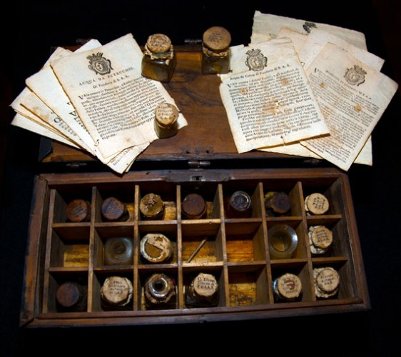 Portable pharmacy from the Medici Fonderie, Roma, Museo dell'Accademia Nazionale di Arte Sanitaria  (photo: Baggieri-Boccassini)