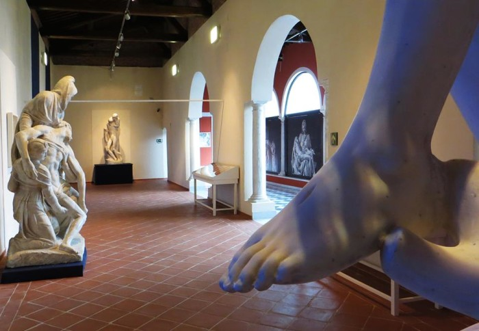 """A sculpir qui cose divine"" view of exhibit"