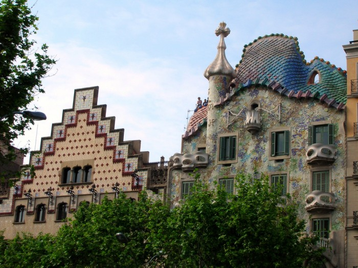 Casa Amattler (L) next to Casa Batllò (R) | Photo RYTC on Flickr
