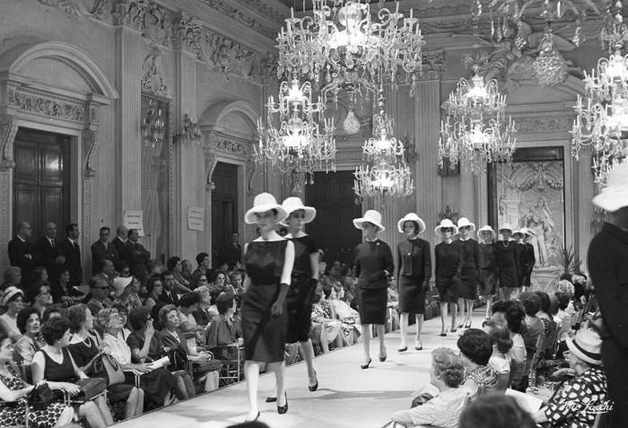Luglio 1962, Sfilata di cappellini in Sala Bianca, Palazzo Pitti © Archivio Foto Locchi.