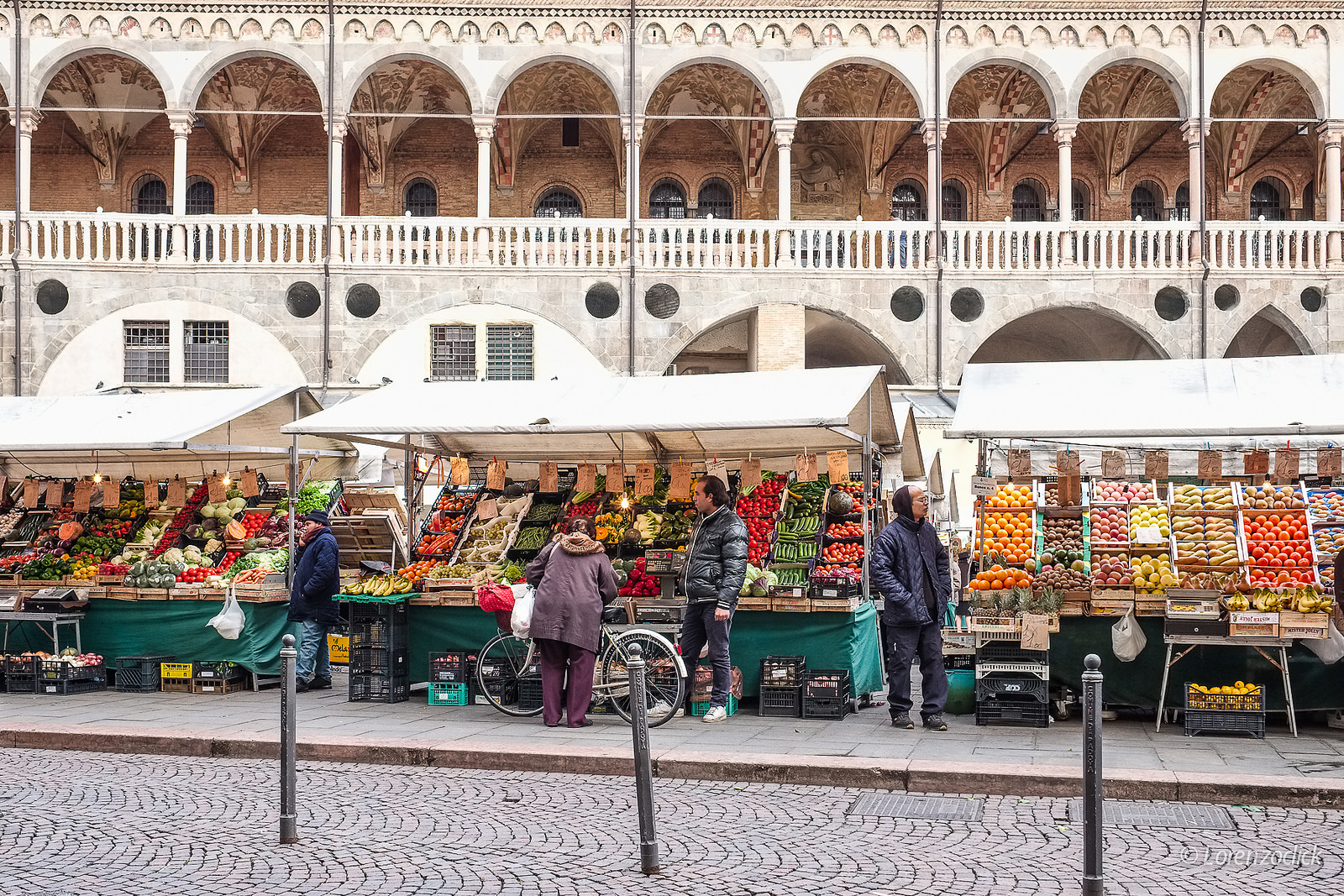 A market in Padua | Photo Flickr Lorenzoclick