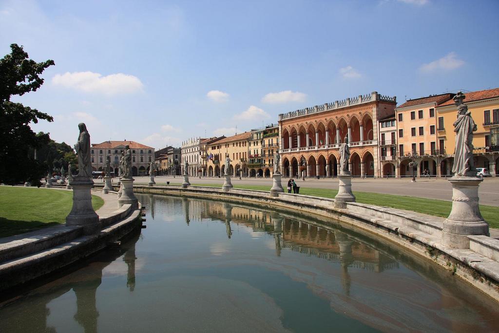 10 reasons to visit padua arttravarttrav for Prato della valle oggi